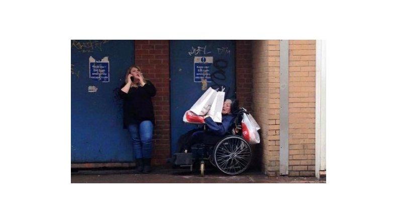 Por esta foto que se hizo viral en Facebook, una cuidadora fue despedida