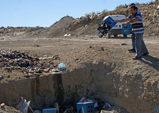 Inspectores municipales arrojaron en una cava del basural las bebidas alcohólicas decomisadas en locales nocturnos.
