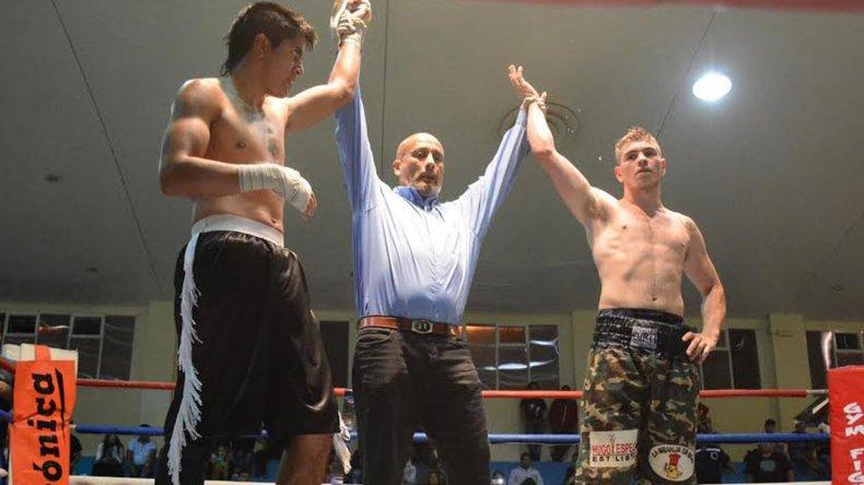El árbitro del combate levanta los brazos a Mariano Moreno y Gustavo Chazarreta