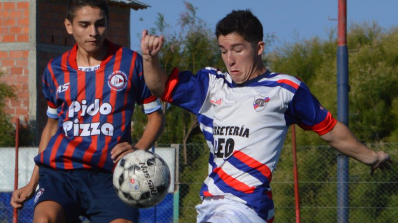 Agustín Herrera y Luis Vera disputan la pelota en kilómetro 5. El juvenil de USMA salió en el complemento.