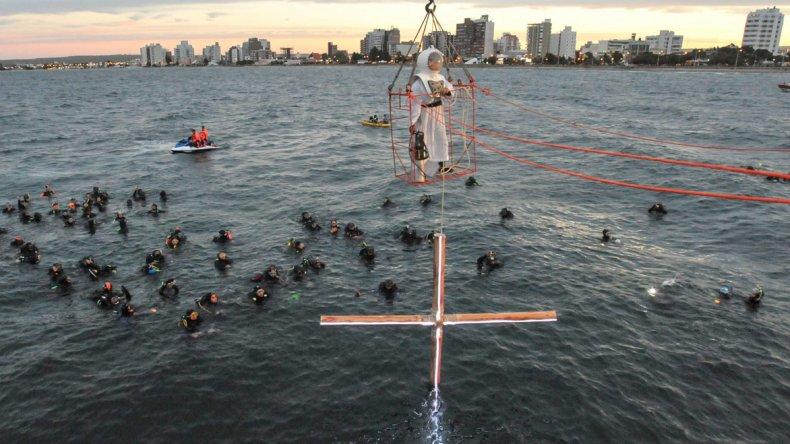 Sin dudas el Vía Crucis Submarino es uno de los espectáculos más destacados para estas fechas en la provincia de Chubut.