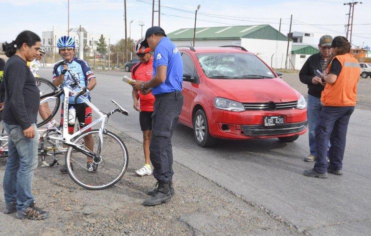 Un ciclista resultó con diversas lesiones al ser arrollado por un automóvil.
