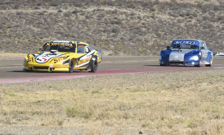 Francisco Rodríguez liderando la final del TC Austral perseguido por Sergio Larreguy.