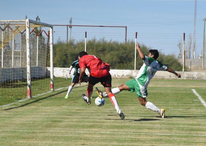 Néstor Hernández intenta ante el achique de Petroquímica en la victoria del equipo de barrio Industrial.