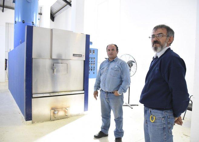 Los hermanos Eliacer y Miguel Hernández son los encargados del servicio de cremación de Comodoro Rivadavia. No es nada grato