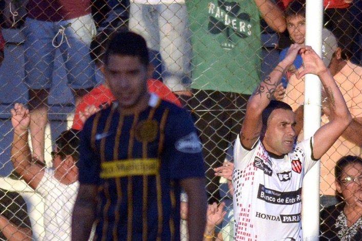Fernando Telechea festeja en el fondo el gol de Patronato.