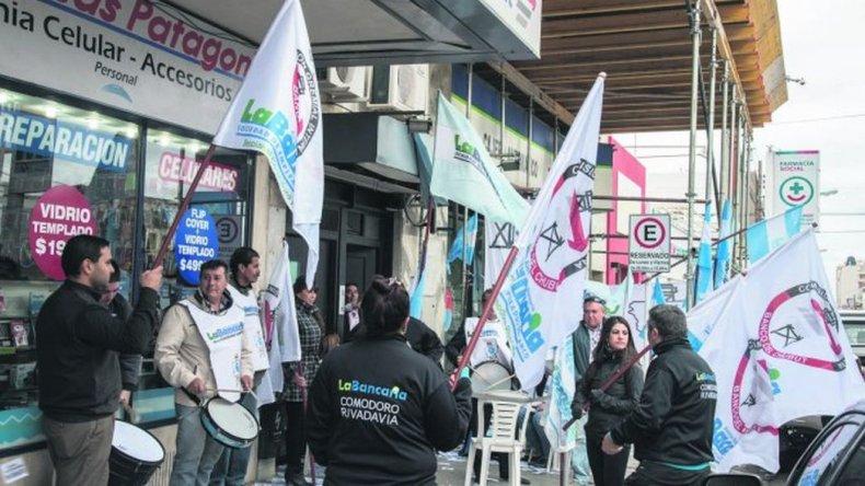 Bancarios ratificaron el paro pero continúan las negociaciones