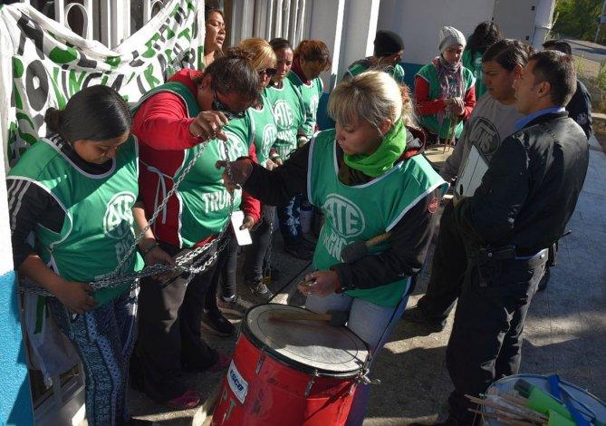 Desocupadas de ATE Pico Truncado se encadenaron en el acceso a la Secretaría de Trabajo de Caleta Olivia.