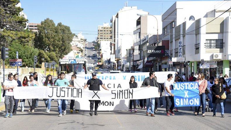 Familiares y colegas de Simón Saiegg marcharon ayer a la mañana por las calles céntricas.