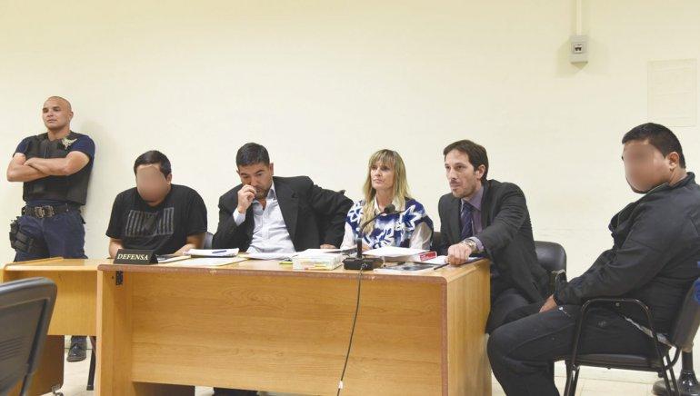 Cárdenas y Garbarino en la audiencia judicial del viernes donde el juez Mariano Nicosia les dictó dos meses de prisión preventiva. Sus rostros se publican borrosos ya que resta que afronten la pericia de reconocimiento de personas por parte de testigos.