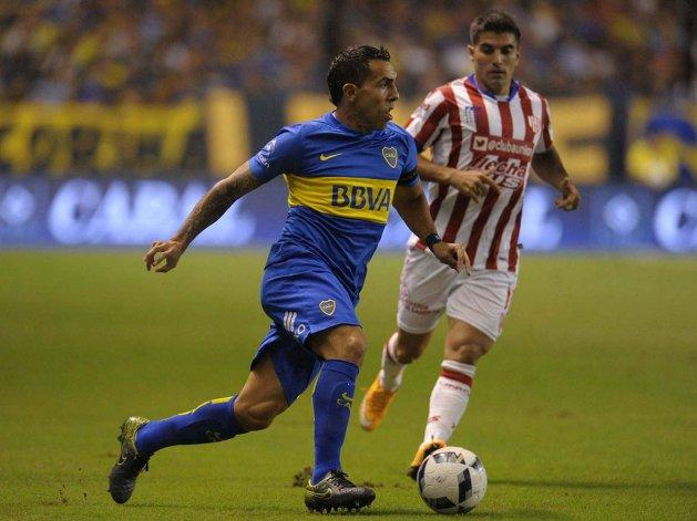 Carlos Tevez se lleva el balón marcado por el ex CAI Ignacio Malcorra anoche en la Bombonera.