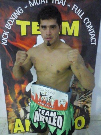 Miguel Poveda sale a defender su título en la ciudad bonaerense de Olavarría este sábado por la noche.