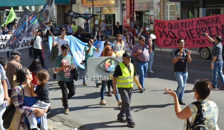 La marcha de los trabajadores de Canal 9 por la calle San Martín.