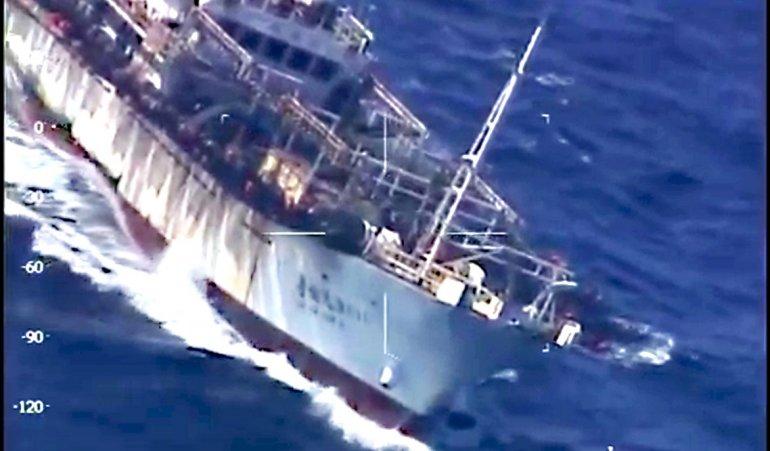 El buque Lu Yan Yuan Yu 010 fue hundido ayer por pescar de manera ilegal en el mar argentino.