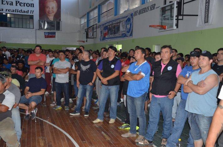 Operarios de Tecpetrol en una de las reuniones celebradas en el sindicato para abordar su situación laboral.