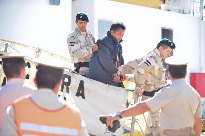 El capitán de buque chino Lu Yan Yuan Yu 010 es trasladado esposado hacia el Hospital Isola de Puerto Madryn. Hoy será llevado al Juzgado Federal de Rawson.