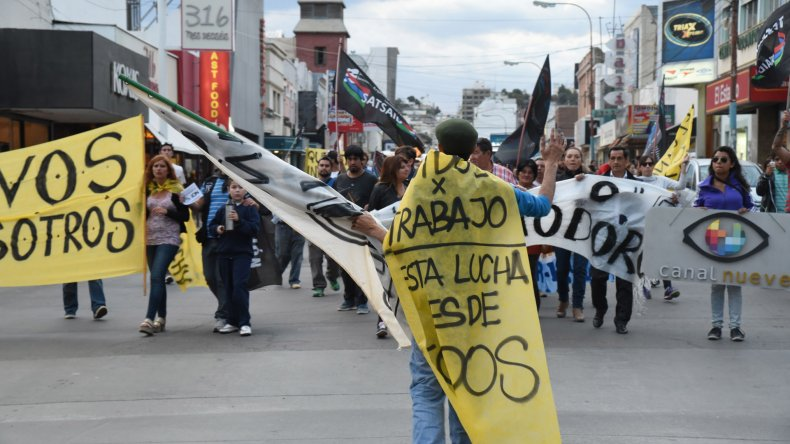 Trabajadores de Canal 9 movilizados por las calles centricas en defensa de su fuente de trabajo.