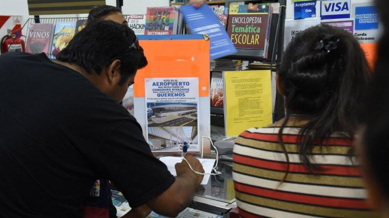 La recolección de firmas continúa a todo ritmo en diversos locales públicos de Comodoro.