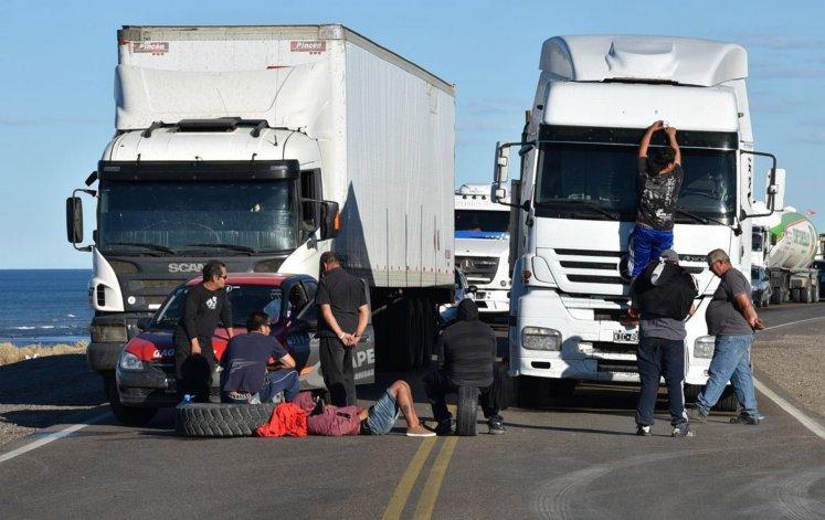 Los choferes de camiones soportan prolongadas esperas para poder avanzar. Los que se dirigen hacia el oeste o el sur santacruceño