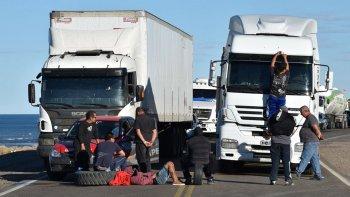Los choferes de camiones soportan prolongadas esperas para poder avanzar. Los que se dirigen hacia el oeste o el sur santacruceño, deben esperar paso en tres o cuatro piquetes.