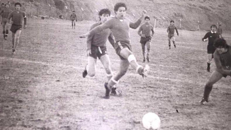 La cancha de Portugués cuando tenía tribuna natural en el cerro.
