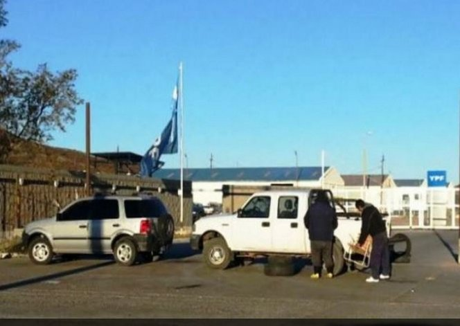 Petroleros bloquean acceso a Cañadon Seco
