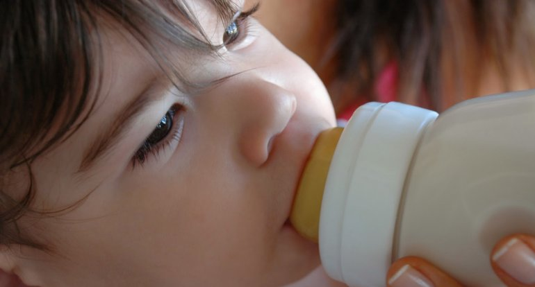 Las fórmulas especiales para los bebés no protegen del asma ni de las alergias