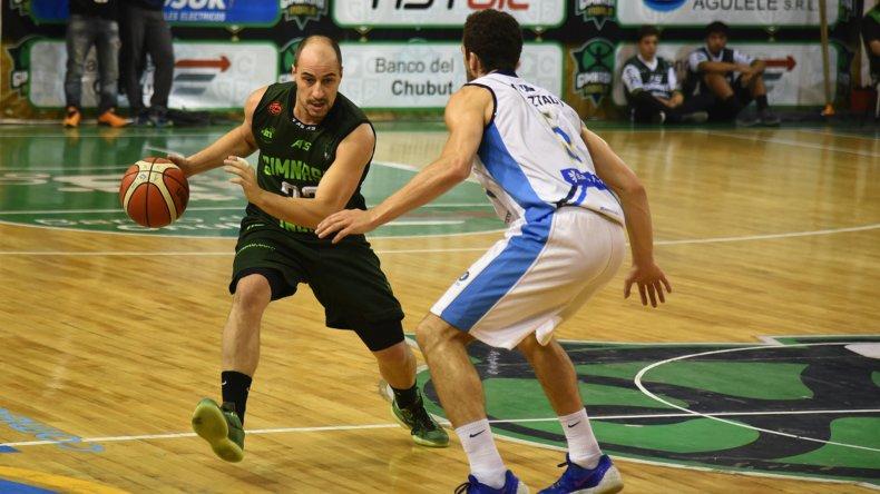 Gastón Luchino con el balón marcado por Alejandro Konsztadt