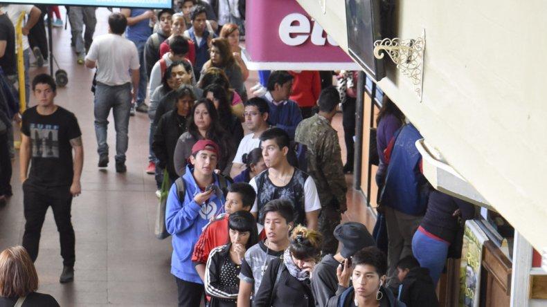Durante los últimos días se han repetido las largas filas de estudiantes que esperan en vano para retirar los bonos del TEG.