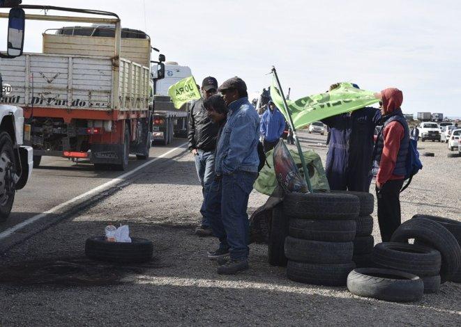 Los trabajadores activos y desocupados de la UOCRA mantenían ayer cortadas numerosas rutas en territorio santacruceño