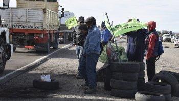 Los trabajadores activos y desocupados de la UOCRA mantenían ayer cortadas numerosas rutas en territorio santacruceño, pero los piquetes eran menos rígidos.