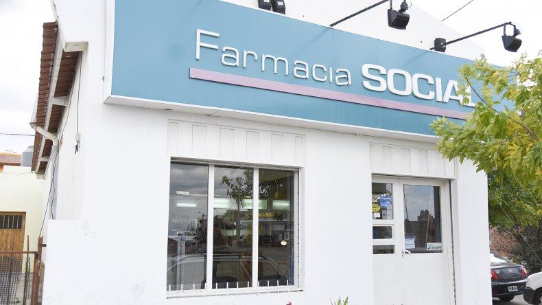 En la sucursal de Farmacia Social de Standard Norte atienen con la puerta bajo llave por temor a los asaltos.