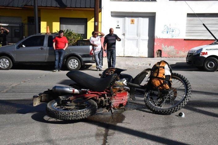 Un motociclista sufrió fracturas en una pierna