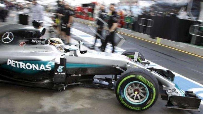 Hamilton inició la defensa del título con una pole y largará primero