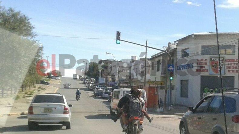 Imprudencia: se trasladaba con tres menores en una moto