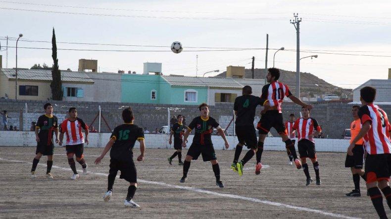 Darío Velázquez gana en lo alto. El enganche de General Roca convirtió el único gol del partido que le sirvió a su equipo para seguir puntero y esperar en soledad.