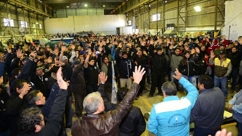 La asamblea donde los trabajadores de Tecpetrol aceptaron el acuerdo alcanzado por el Sindicato de Petroleros Privados Chubut con esa operadora.