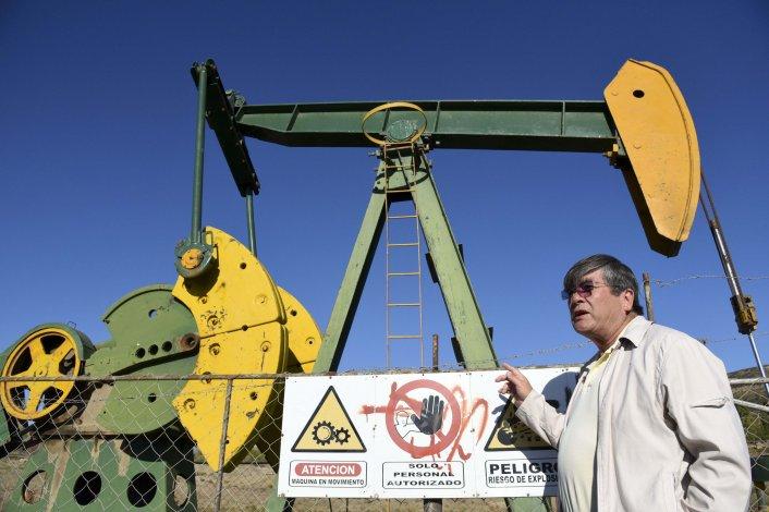 Mario Quinteros muestra el estado precario de seguridad en que se encuentran varias locaciones petroleras del ejido urbano.