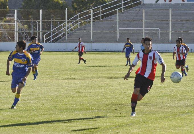 El delantero Mauro Villegas de Florentino Ameghino intenta un avance en el partido que su equipo se impuso por 3-1 a Belgrano de Esquel.
