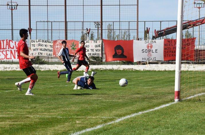El disparo de César Contreras supera a Jeremías Cruz para el segundo gol de Huracán.
