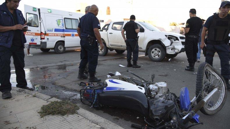 La motocicleta en la que se desplazaban Soto y Ramírez quedó destrozada al impactar contra una camioneta en el barrio Roca.