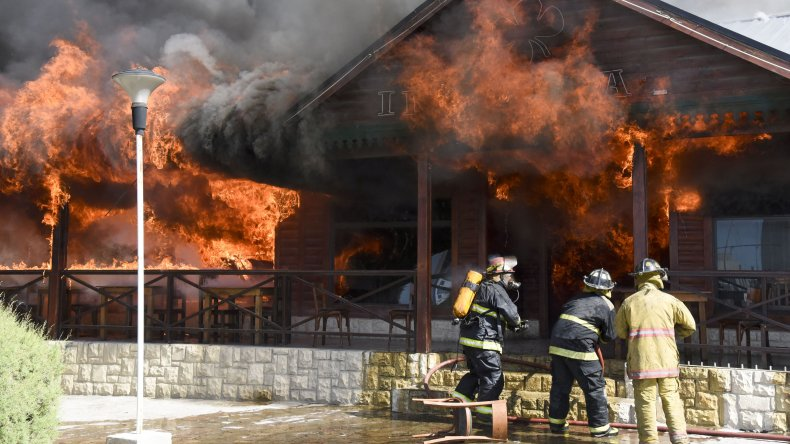 Murió un bombero al caérsele encima  el entretecho del comercio que ardía