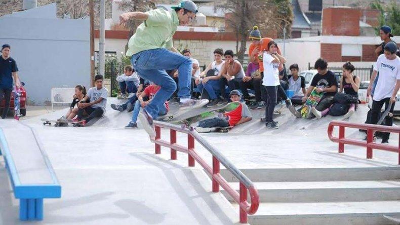 El último domingo se realizó una clínica se skate en la plaza 1° de Mayo