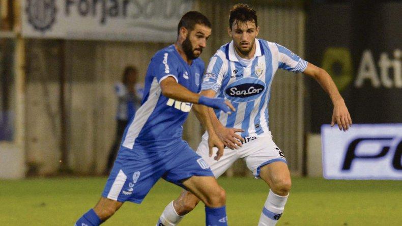 Lisandro López se lleva el balón marcado por Rodrigo Colombo en el partido que anoche Racing goleó 6-3 a Rafaela.