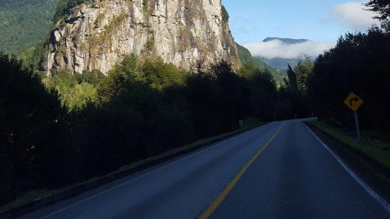 Así es el camino asfaltado del lado chileno para llegar hasta Puerto Chacabuco.