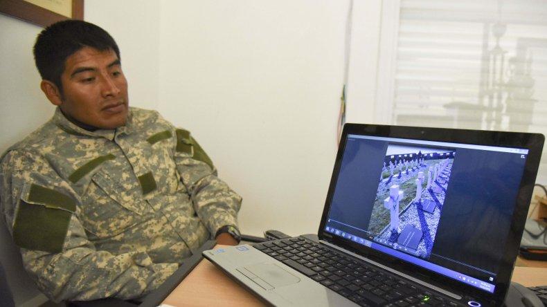 Armando Viberos se emociona cuando observa el video de la llegada. Nadó casi tres horas uniendo el estrecho de San Carlos en Malvinas por la identidad de los soldados que aún restan ser identificados en el camposanto.