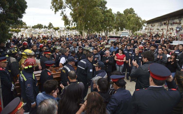Centenares de bomberos voluntarios de esta ciudad y la región despidieron a Luis Gramajo en el Cementerio Oeste.