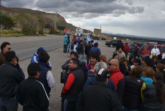 Los empleados municipales celebraron ayer una asamblea al costado de la ruta y recibieron una firme advertencia de la Gendarmería sobre cualquier intento de cortarla.