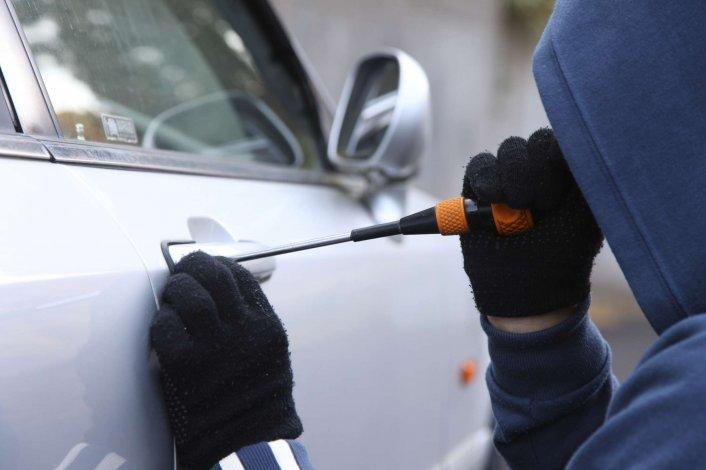 Un conductor detuvo a un adolescente que pretendía robar en su vehículo