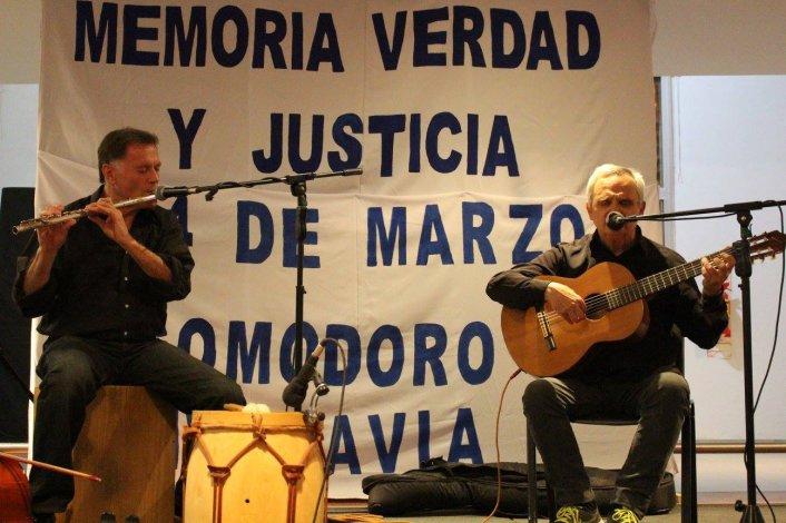 Jerónimo y Marcelo Falcón abrieron la noche de la Vigilia en el Centro Cultural